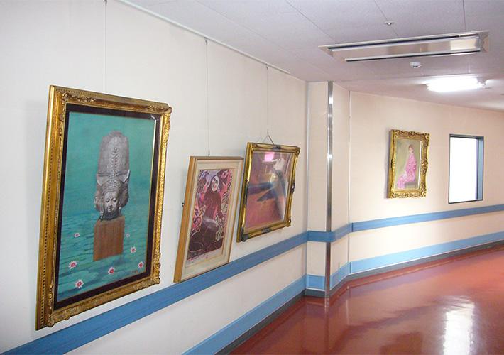 絵画の並ぶ廊下